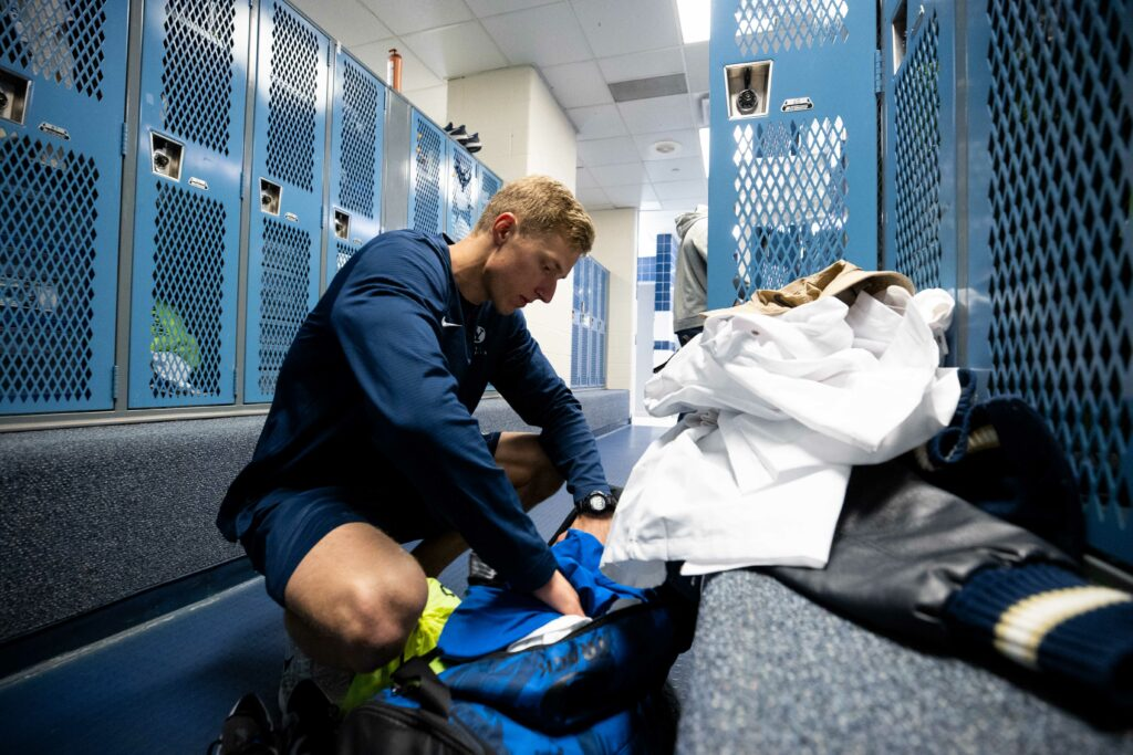El atleta de pista y campo de BYU Caleb Witsken vacía su casillero luego de que el departamento de atletismo decidiera cerrar todas las instalaciones deportivas del campus durante la pandemia del coronavirus de 2020.