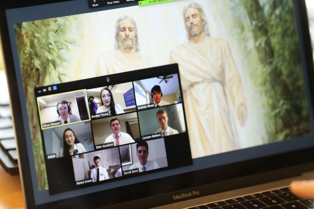 Kimber Young (arriba al centro) enseña chino mandarín a los misioneros en capacitación por medio de videoconferencia desde el Centro de Capacitación Misional de Provo el miércoles, 25 de marzo de 2020. En un esfuerzo por controlar la propagación del COVID-19, los misioneros están recibiendo capacitación por medio de videoconferencias remotas en lugar de viajar a los 10 centros de capacitación misional de La Iglesia de Jesucristo de los Santos de los Últimos Días.