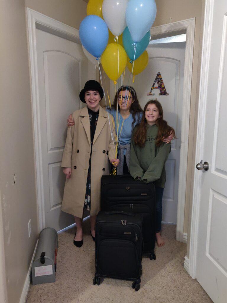 """Annie (centro) y Paige (derecha) acompañan a su hermana, la hermana Aubrey Arnold (izquierda), al ingresar a su """"CCM"""" — su habitación en la casa de los Arnold en Eagle Mountain, Utah — el 25 de marzo de 2020. Ella es una nueva misionera en capacitación asignada a servir en la Misión Nevada Las Vegas Oeste."""
